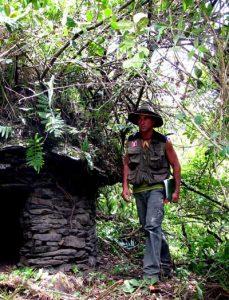 Thierry Jamin, près d'une chullpa, ou tour funéraire, dans le centre cérémoniel de Puccro, vallée de Lacco - Yavero, secteur de Mesapata. (c) Thierry Jamin, décembre 2009.