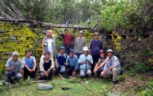 Thierry Jamin, ses compagnons et des habitants de la localité de Juy Way, près d'un temple de la cité inca de Llactapata, vallée de Lacco - Yavero, secteur Juy Way. (c) Thierry Jamin, décembre 2009.