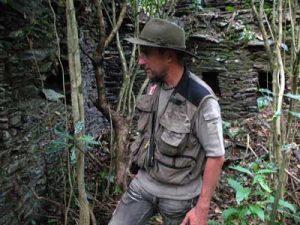 Thierry Jamin dans les ruines de la petite cité inca de Llactapata, vallée de Lacco - Yavero, secteur Ccorimayo. (c) Thierry Jamin, juillet 2009.