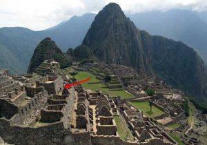"""Image générale de Machu Picchu. Localisation du """"Temple des Trois Portes"""" et de la fameuse entrée, découverte par David Crespy. (c) Thierry Jamin, septembre 2011."""