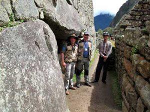 De gauche à droite : Thierry Jamin, David Crespy et Ricardo Tamaki, devant la mystérieuse entrée. (c) Thierry Jamin, avril 2012.
