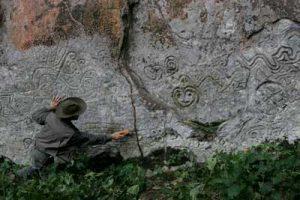 Thierry Jamin au pied de la paroi principale des pétroglyphes de Pusharo. (c) Thierry Jamin, 2005.
