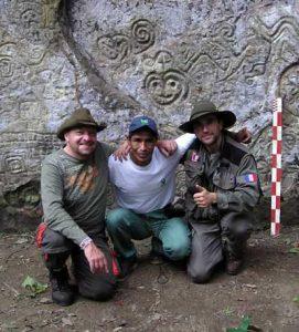 """De gauche à droite : Alain Bonnet, """"Freddy"""" le garde parc du SERNANP, et Thierry Jamin. Campagne d'exploration à Pusharo. (c) Thierry Jamin, août 2006."""