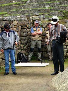 Sous les yeux attentifs de David Crespy et de l'archéologue espagnol Daniel Merino, les technitiens de la société Escobard Groupe, réalisent les résonances électromagnétiques. (c) Thierry Jamin, avril 2012.